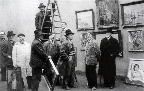 A_l'accrochage_du_Salon_des_Artistes_Rouennais,_Musée_des_Beaux-Arts_de_Rouen,_Robert_Antoine_Pinchon_(centre)_1934